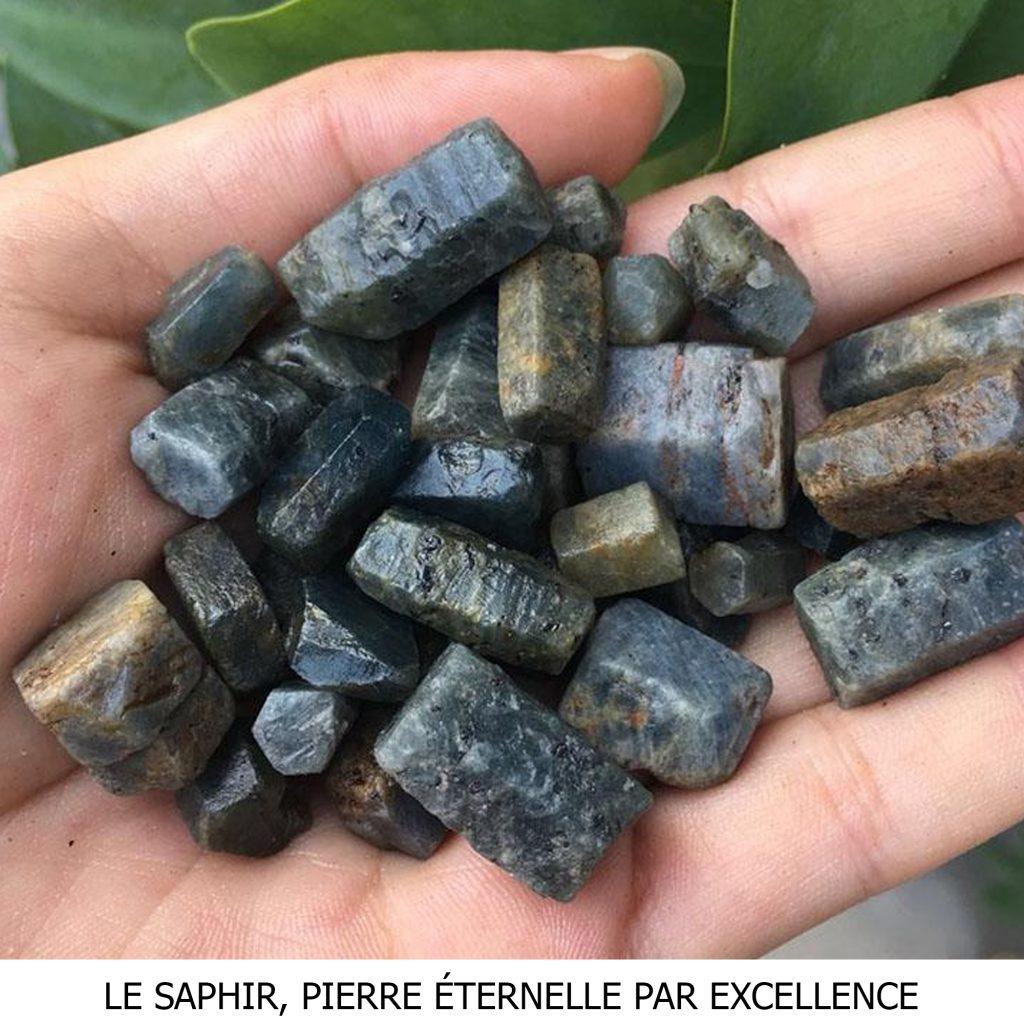 Parez-vous de la pierre emblématique de la collection Éternelle en découvrant l'histoire du Saphir.